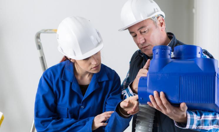 un ouvrier en train de former un apprentis