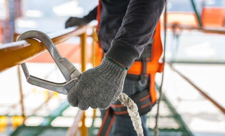 Ouvrier avec harnais